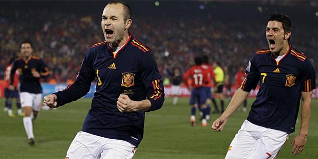 Iniesta celebra su gol, segundo de España, junto a Villa. (AFP)