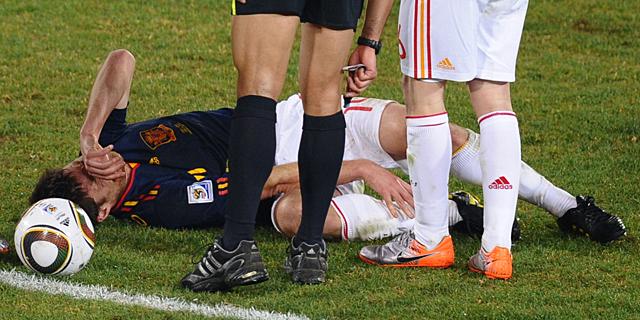 Xabi Alonso, tras la entrada que le produjo el esguince. | Afp