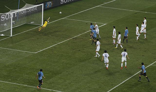 Luis Suárez marca su segundo y decisivo gol. (AFP)