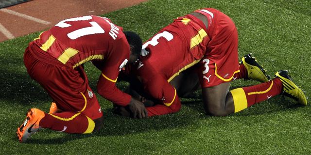 Asamoah Gyan, derecha, celebra con Kwadwo Asamoah el tanto de la victoria. | Ap
