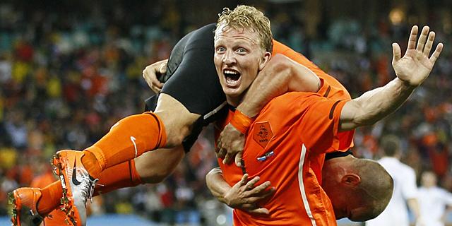 Kuyt celebra con Sneijder el tanto de la victoria ante Eslovaquia. | Efe