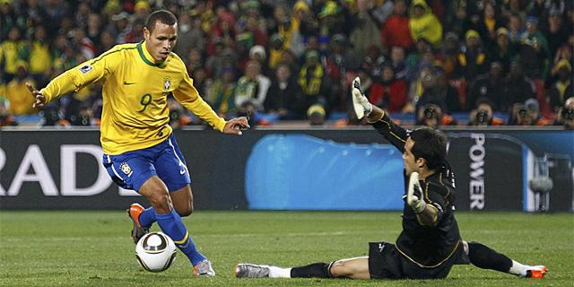 Luis Fabiano dribla a Bravo para conseguir el segundo gol de Brasil. (AFP)