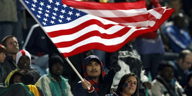 Una aficionada de Estados Unidos enarbola la bandera de su país en Sudáfrica. | Efe