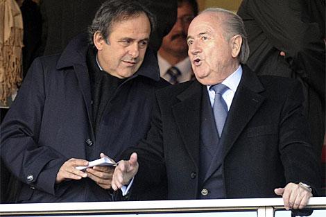 El presidente de la FIFA, Blatter (d), y el de la UEFA, Platini (i), en un partido del Mundial. | Ap