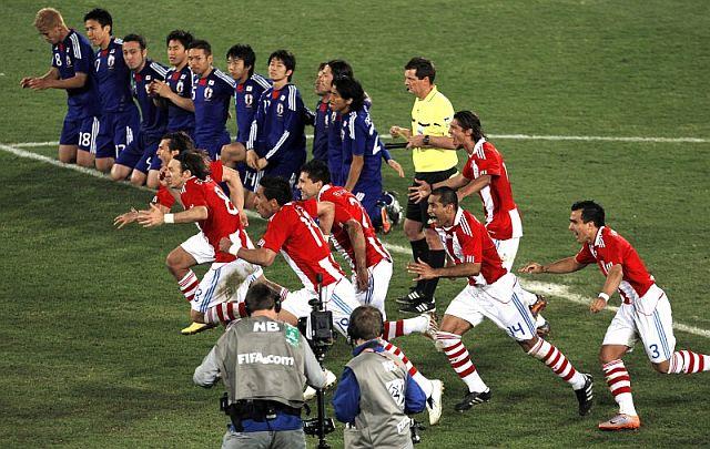 Los jugadores paraguayos celebran el pase a cuartos. | Efe