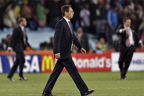 Takeshi Okada, tras la tanda de penaltis ante Paraguay. (EFE)