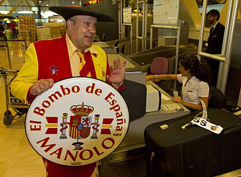 Manolo el del bombo, en su salida para Sudáfrica. | Carlos García Pozo