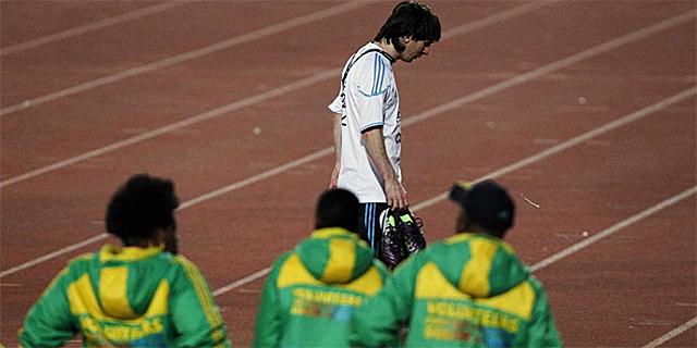 Messi se retira del césped antes del entrenamiento de Argentina.   Ap