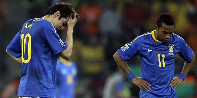 Kaká y Robinho, cabizbajos tras el segundo tanto holandés. | Ap