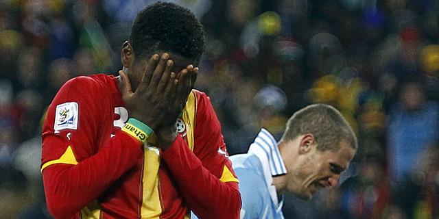 Asmoah Gyan se lamenta tras errar un penalti en el minuto 121. | Ap