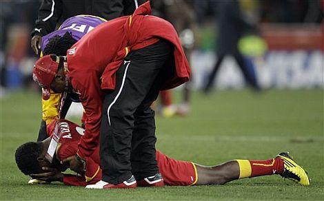 Gyan, desconsolado en el césped tras la eliminación de Ghana. | Ap