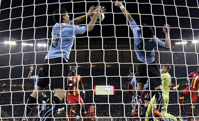 Luis Suárez en el momento de su mano de Dios. (AFP)