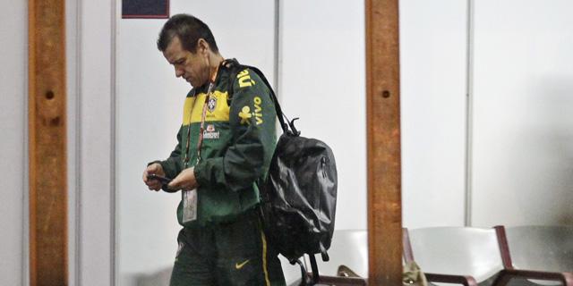 Dunga camino del avión de vuelta a Brasil. (Foto: AP)