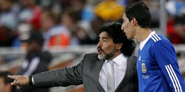 Maradona da instrucciones a Di María en el partido contra Grecia. (Foto: Reuters)