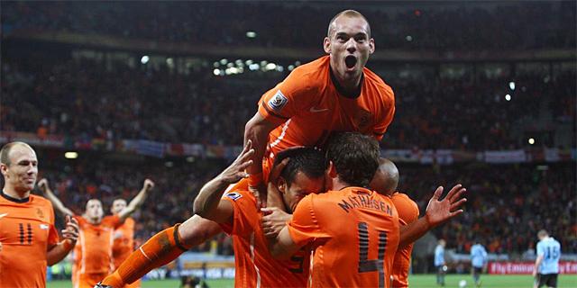 Los jugadores holandeses festejan el primer gol del encuentro, obra de Gio. (REUTERS)
