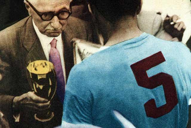 Jules Rimet entrega la copa de campeón mundial de 1950 a Obdulio Varela.