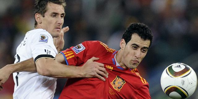 Klose y Busquets durante la semifinal. (Foto: AP)