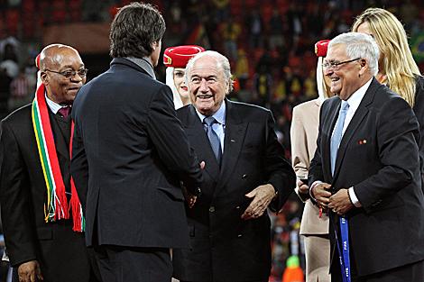 Löw recibe la medalla de manos de Blatter. (Foto: EFE)