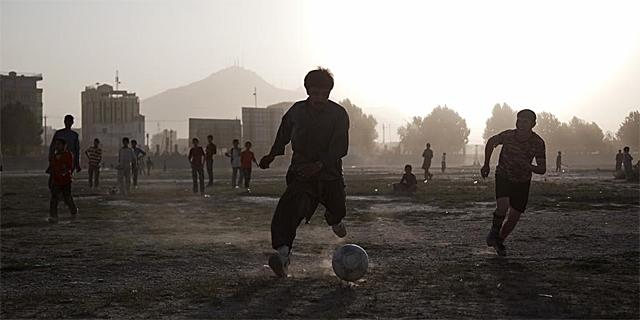 Partido de fútbol en Kabul. | Ap