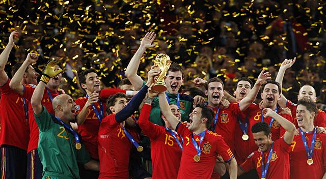 Los jugadores de la selección de fútbol, con la Copa del mundo. | Ap