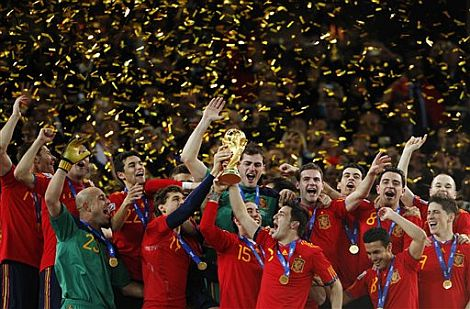 Los jugadores de la selección española, con la copa del mundo. | Ap