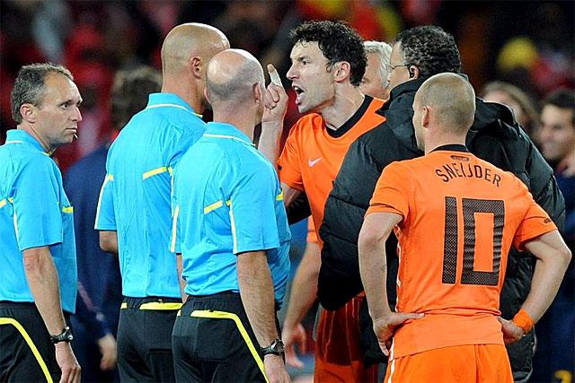 Van Bommel, protestando airadamente tras concluir el encuentro.   Efe