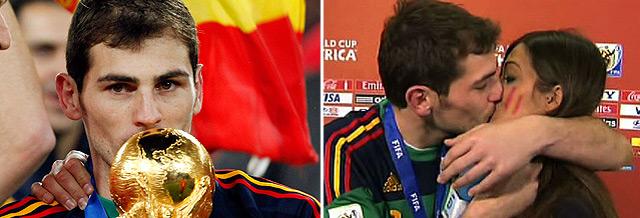 Casillas besa la copa y a Sara Carbonero.   Ap