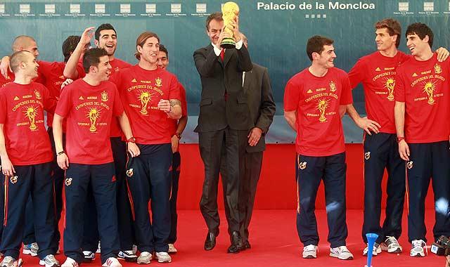 El presidente 'botando' con la Copa del Mundo, rodeado por los 'héroes' de la selección en La Moncloa. | Antonio Heredia