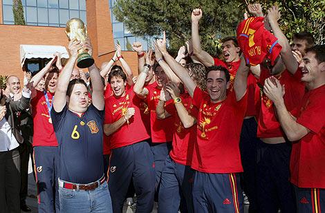 Álvaro del Bosque, el hijo del seleccionador, sujetando la Copa del Mundo en La Moncloa. | Efe