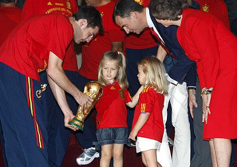 Casillas muestra la Copa a las infantas, en presencia de la Reina y del Príncipe. | Efe