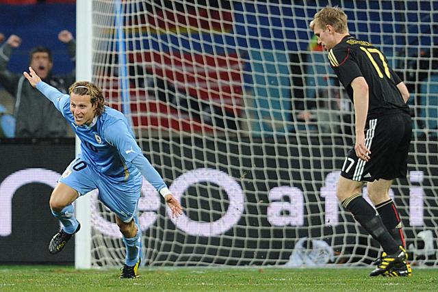 Diego Forlán (izquierda) celebra el gol conseguido ante la selección alemana. (Foto: France Presse)