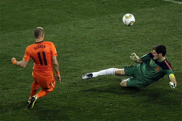 Casillas, abortando una gran ocasión de Robben. | Ap