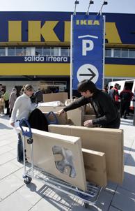 Una pareja sale de una de las tiendas de Ikea en España. (Foto: Iñaki Andrés)