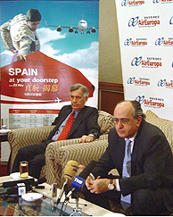 El secretario de Estado español de Turismo y Comercio, Pedro Mejía (d), acompañado del embajador de España, José Pedro Sebastián de Erice (i), tras el primer vuelo directo entre España y China. (Foto: EFE).