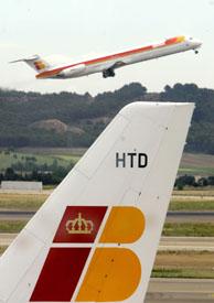 Un avión de Iberia sobrevuela el aeropuerto de Barajas en Madrid. (Foto: REUTERS).