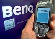 Un móvil Siemens delante de un monitor con el logo de BenQ. (Foto: EFE).