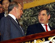 Brown charla con el presidente del FMI, Rodrigo Rato. (Foto: EFE)
