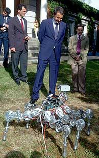 Zapatero observa un prototipo en los jardines de La Moncloa. (Foto: EFE)