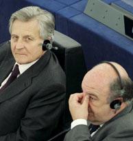 Jean Claude Trichet y Joaquín Almunia atienden un debate sobre el informe anual del BCE. (Foto: EFE).