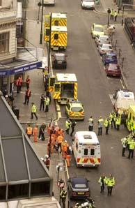 Efectivos de los servicios de emergencia junto a la estación de metro de Edgware Road, en Londres. (Foto: EFE)