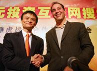 Jack Ma, presidente de Alibaba.com, y Daniel Rosensweig, director de operaciones de Yahoo, tras anunciar la operación en Pekín. (Foto: REUTERS)