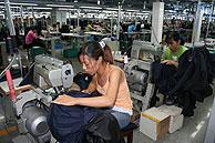 Una joven empleada trabaja en la Planta de trajes de la fábrica de Youngor, en la ciudad de Ningbó, provincia de Zhejiang. (Foto: JUAN PABLO CARDENAL)