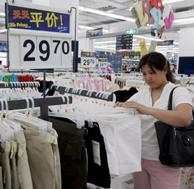 Una mujer mira ropa china en los almacenes Wal-Mart de Pekín. (Foto: EFE).