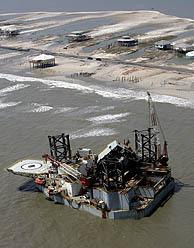 Una plataforma petrolera, a la deriva en el Golfo de México a causa del huracán 'Katrina'. Foto: AP).