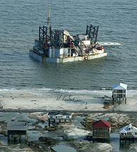 """Vista de una plataforma de petróleo que fue arrastrada fuera de la isla Dauphin (Alabama) tras el paso del huracán """"Katrina"""". (Foto: EFE)"""