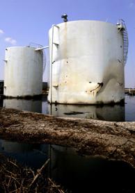 Depósitos de crudo inundados tras el paso del huracán 'Katrina'. (Foto: AP).