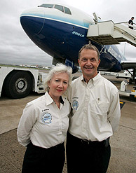 Los tripulantes Suzanna Darcy-Hennemann (i) y Frank Sontoni posan frente al Boeing 777 200LR en el aeropuerto de Heathrow (Londres). (Foto: EFE)