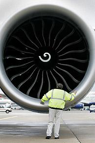 Operario del aeropuerto de Heathrow junto a uno de los motores del Boeing 777. (Foto: REUTERS)