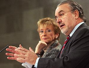María Teresa Fernández de la Vega y Pedro Solbes en el anuncio de la aprobación de la OPA. (Foto: EFE)