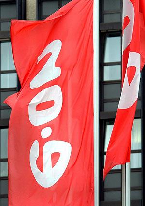 Bandera con el logo del gigante alemán E.ON. (Foto: EFE)